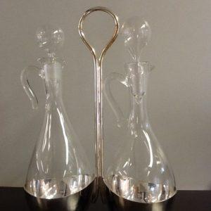 Ampolle da messa in vetro soffiato con vassoio in ottone nichelato battuto a mano e lucidato h.cm.21 diametro cm.7.5