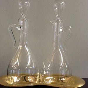 Ampolle da messa realizzate in vetro soffiato di Murano con vassoio in ottone nichelato battuto a mano e lucidato cm.18 h cm.7.5 diametro