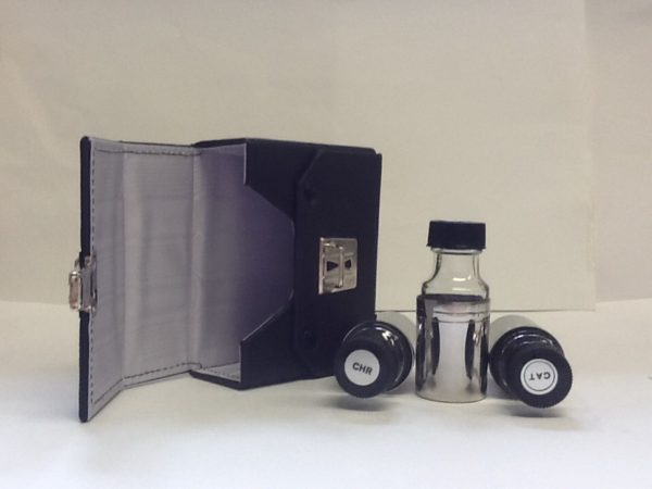 Astuccio rigido porta oli realizzato in eco pelle cm.11,5x10x5 con tre bottigliette cc.30