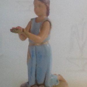 Bambina in ginocchio realizzato in resina colorata e rifinita a mano per presepe da cm 12