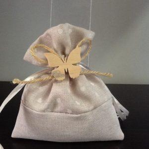 Bomboniera sacchetto colore écru con farfallina in legno confezionata con  5 confetti conf.5 pezzi
