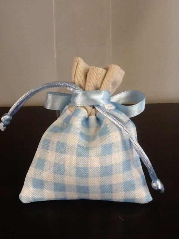 Bomboniera sacchetto di colore azzurro con cuore in resina applicato confezionato 5 confetti conf.5 pezzi