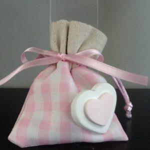 Bomboniera sacchetto di colore rosa con cuore in resina applicato confezionato 5 confetti conf.5 pezzi