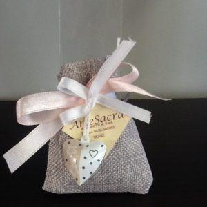 Bomboniera sacchetto écru confezionato con cuore di latta bicolore 5 confetti. Conf.5 pezzi