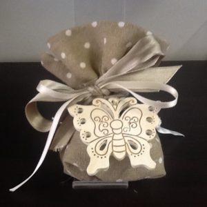 Bomboniera sacchetto in cotone beige a pois con farfalla,fiore e cuore in resina decorata panna cm.5,5x5,5 confezionata con 5 confetti conf.da 9 pezzi