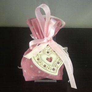 Bomboniera sacchetto in cotone rosa a pois con cuore,fiore e farfalla in resina decorato panna cm.5,5x5,5 confezionato con 5 confetti