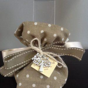 Bomboniera sacchetto in écru con ciondolo albero della vita in metallo smaltato confezionato con 5 confetti conf.5 pezzi