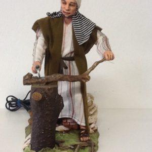 Boscaiolo arabo con tronco di legno ,in movimento.alza e abbassa il braccio con l'ascia.in resina rifinito a mano con abiti in stoffa cm.28
