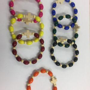 braccialetto elastico con grani in resina più croce legno
