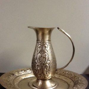 Brocca con due piatti in metallo con decorazione ceselli a mano cm.h.18.5 piatto diametro cm.28