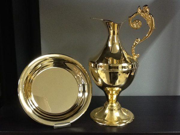 Brocca dorata con piatto manico decorato h.cm.29 piatto diametro19 cm.
