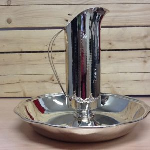 Brocca più versatoio acqua realizzato in metallo battuto a mano argentato brocca h.cm31 diametro cm.9.5 piatto h.cm9 diametro cm.37