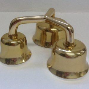 Campanello liturgico a tre suoni con battacchi,campane di dimensioni e suoni  diversi. Realizzato in bronzo ottonato diametro cm.6,2-7,4-9 h.cm7,4