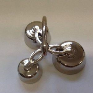 Campanello liturgico a tre suoni con battacchi,campane di dimensioni e suoni  diversi. Realizzato in metallo lucido diametro cm. 6-7,4-8,5 h.cm 12