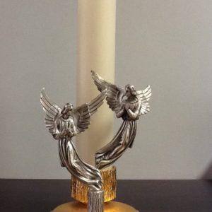 Candeliere una fiamma realizzato in metallo,ottone dorato con coppia di angeli in metallo argentato h.cm.23 diametro 9x9 cm.