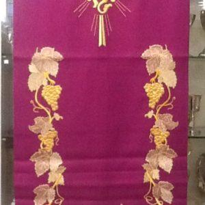 Copri leggio in colore morello con ricamo ricco di colore oro 'uva/croce