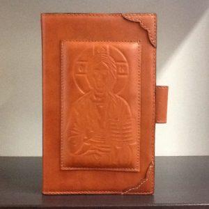 Custodia Liturgia Delle  ore 4 volumi in pelle marrone chiaro con chiusura a bottone decorato davanti con de Cristo  cm. 12.3x19,5x5,5