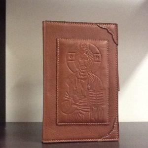 Custodia Liturgia Delle  ore 4 volumi in pelle marrone scuro con chiusura a bottone decorato davanti e dietro con de Cristo  cm. 12.3x19,5x5,5