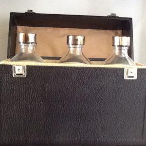 Custodia rigida con serratura cm.28x22x11 con tre bottiglie corazzate da 500 cc.per Olio Santo