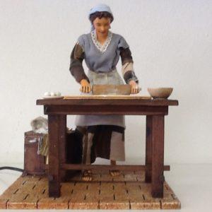 Donna ,che tira la pasta in movimento, realizzata in resina e stoffa cm.28