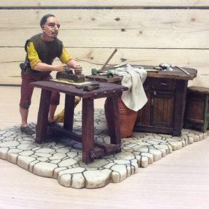 Falegname in resina con banco da lavoro in legno in movimento.spinge la pialla con il corpo e le braccia cm.15