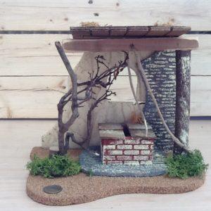 Fontanini casa con pozzo in sughero e resina colorato a cm.24x18x21h