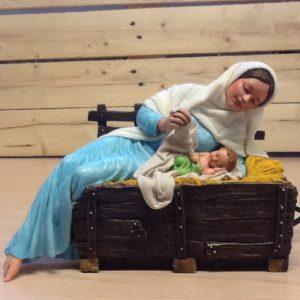 Madonna con bambino in mangiatoia in movimento,inclina il capo e con il braccio solleva il lenzuolo.in resina rifinito a mano con dettagli in stoffa cm28