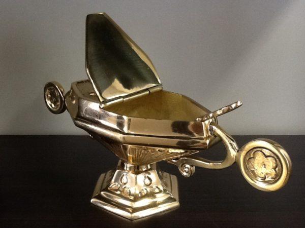 Navicella con cucchiaio in metallo dorato decorato cm.25x8x9 h. Diametro base cm.7,5