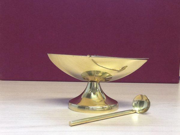 Navicella con cucchiaio  realizzata in metallo dorato lucido cm.13,5x7x7 h. Diametro base cm.6,5
