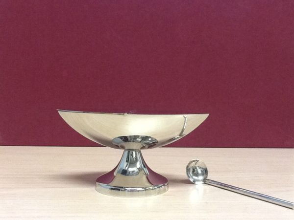 Navicella con cucchiaio realizzata in metallo  lucido cm.13,5x7x7 h. Diametro base cm.6,5