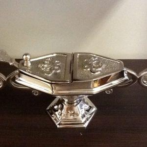 Navicella realizzata in metallo decorato cm.25x8x8,5h con cucchiaino