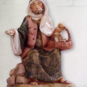 Pastore seduto con cestino uova,realizzato in resina colorata e rifinita a mano per presepe da cm 12