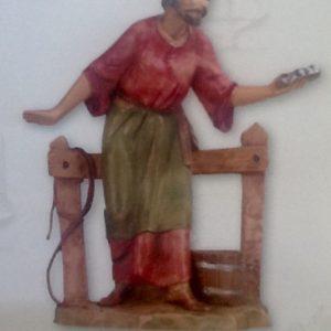 """Pastore """"stalliere""""realizzato in resina colorata e rifinita a mano per presepe da cm 12"""