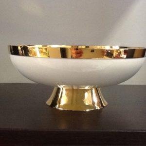 Pisside-patena spagnola realizzata in ottone bagnato d oro smaltato bianco diametro base cm.8 diametro coppa cm.17 h.cm.7