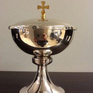 Pisside realizzata in argento con interno e croce dorata h.cm.13 diametro cm.13