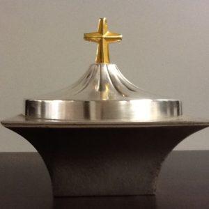 Pisside,patena artigianato italiano realizzato in metallo argentato con croce dorata h.pis.cm.7 diametro cm.14 con coperchio h.cm14