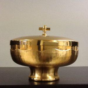 Pisside,patena duplice realizzato in metallo dorato battuto a mano h.cm7.5 diametro cm.14