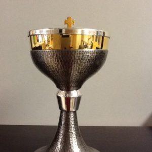 """Pisside,patena realizzato in metallo cesellato con decorazione """"agnello"""" h.cm.18.5 diametro cm.11.5"""