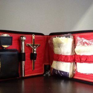 Porta viatico in pelle con teca,vasetto oli,asperges,croce,stola,purifichino cm.10x16x2
