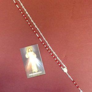 """Rosario """"Gesu' Misericordioso"""" con Croce in metallo e grani in resina sfaccettata di colore rubino e bianco trasparente"""