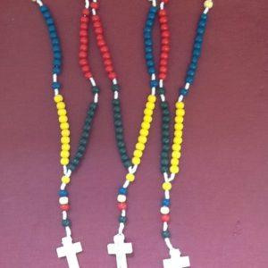 Rosario in legno colorato con croce,filo di corda cm.13con croce