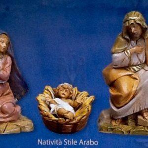 Sacra Famiglia in resina colorata e rifinita a mano per presepe da 12 cm