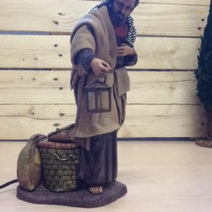 San Giuseppe in movimento,allarga il braccio con la lanterna accesa e abbassa la testa .in resina elettrico cm.28 h rifiniture a mano
