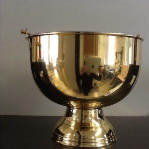 Secchiello per acqua Santa in metallo argento to internamente e dorato esternamente.diametro base cm. 12 diametro superiore cm.20,5 h.cm.18