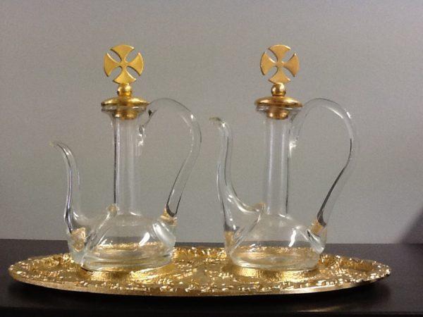Servizio ampolle con vassoio in metallo dorato decorato h.cm.14 diametro cm.22x14