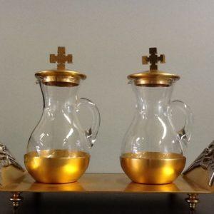 Servizio ampolle con vassoio realizzato in metallo dorato con decorazione laterali angeli h.cm.13 diametro cm.21x9.5