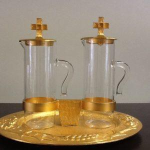 Servizio ampolle in vetro con vassoio realizzato in metallo dorato con decorazioni in rilievo spiga e uva battuto a mano h.cm.13 diametro cm.17x16
