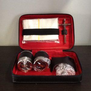 Servizio battesimo in pelle con conchiglia,2 vasetti Oli Santi,croce,cm.10x16x5