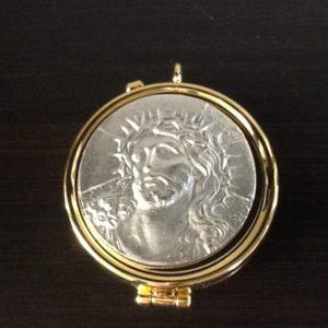 """Teca in ottone dorato con placca argentata decorata """"cristo"""" diametro cm.5,5"""