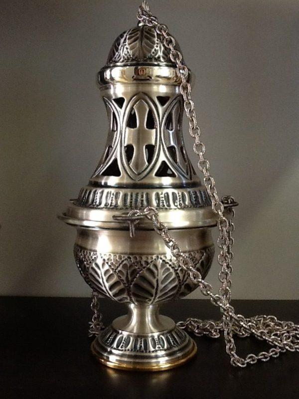 Turibolo con navicella in metallo cesellato artigianalmente